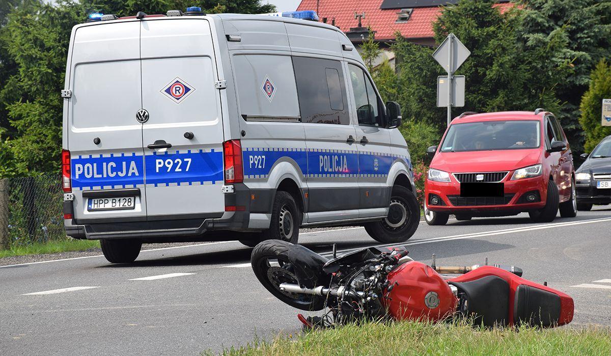 Wypadek motocyklowy na krajówce, są poszkodowani