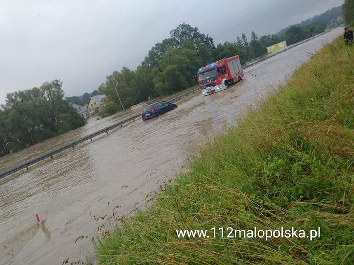 Woda zalewa drogi i posesje, wydano kolejne alerty [FOTO]