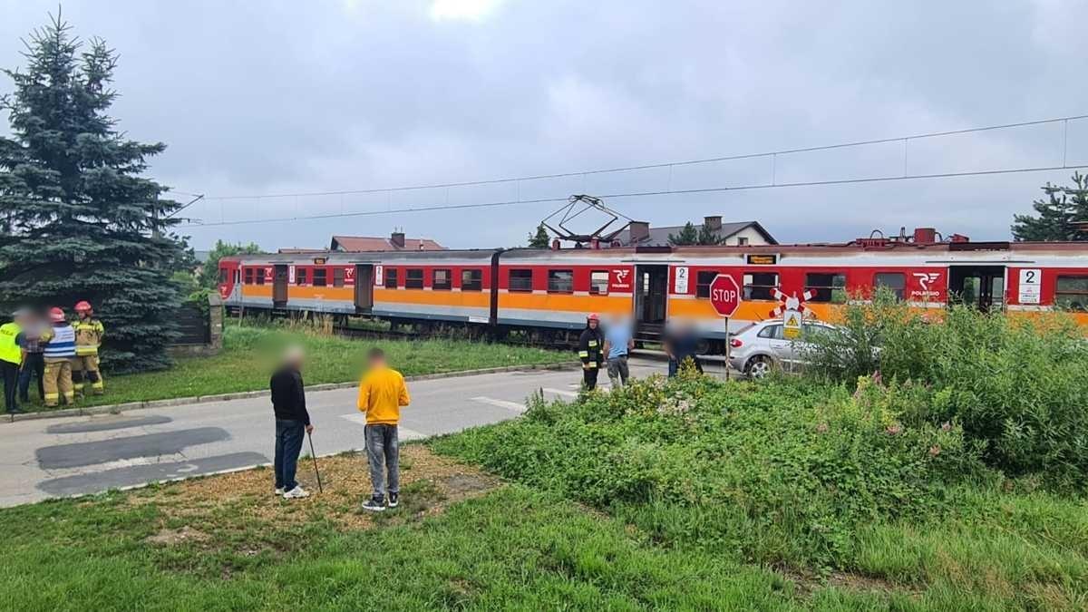 Samochód wjechał w pociąg na przejeździe w Andrychowie