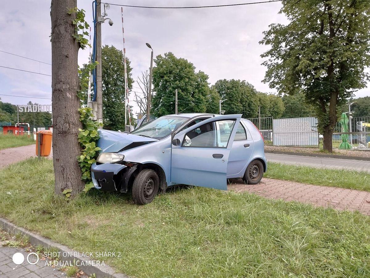 Auto roztrzaskane na drzewie przy basenie w Andrychowie [AKTUALIZACJA]