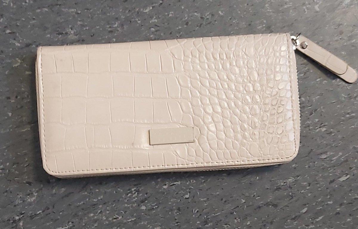 Młoda kobieta skusiła się na cudzy portfel