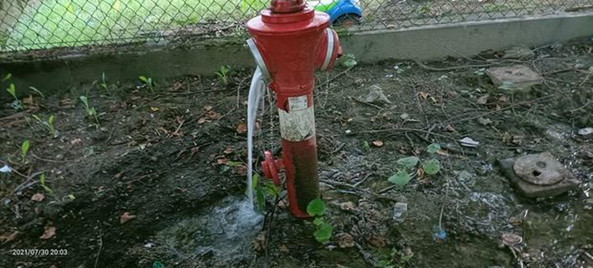 Woda nieustannie leje się z hydrantu. Ktoś zapomniał dokręcić?