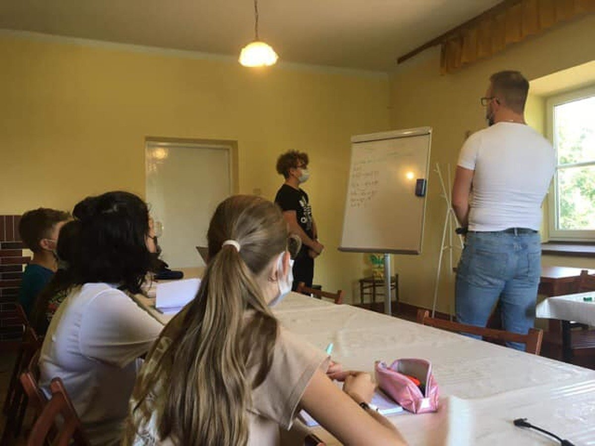Podczas wakacji radny uczy młodzież matematyki!