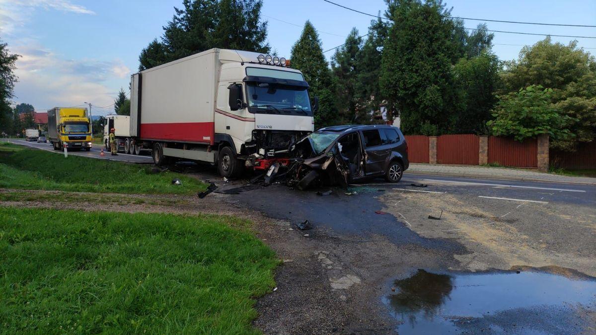 Zderzenie ciężarówki z samochodem osobowym na krajówce [AKTUALIZACJA]