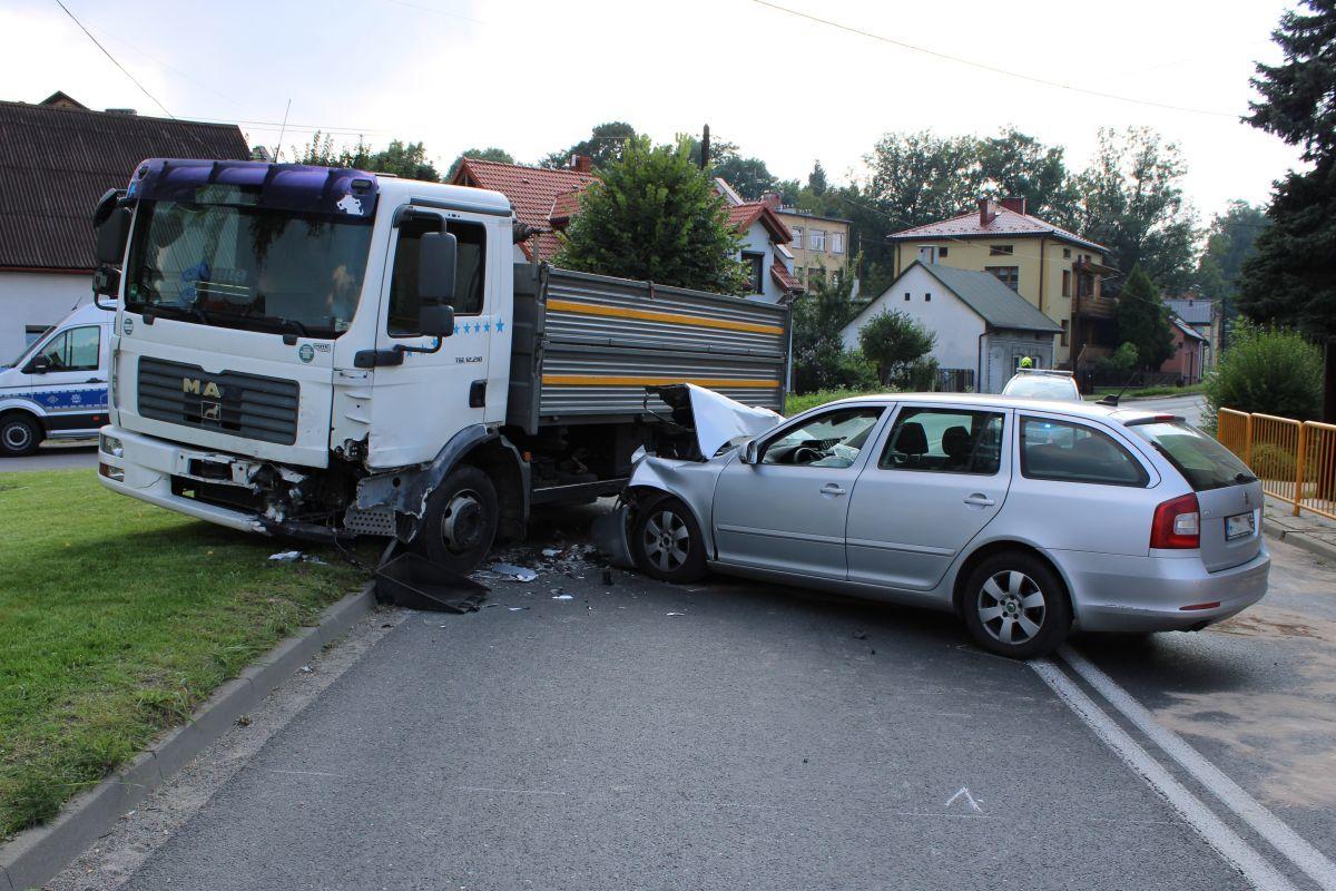Zaśnięcie za kierownicą przyczyną zderzenia z ciężarówką