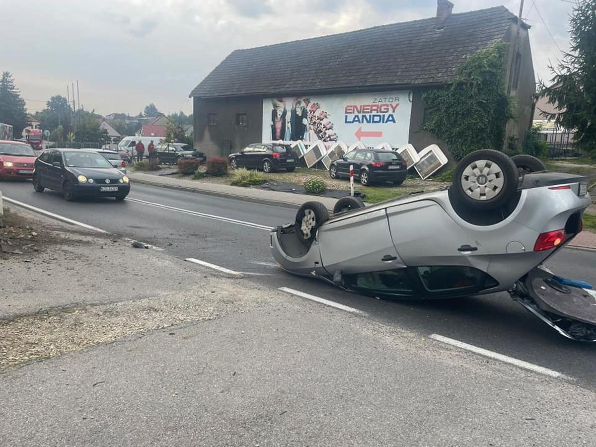 Samochód dachował na drodze krajowej [AKTUALIZACJA]