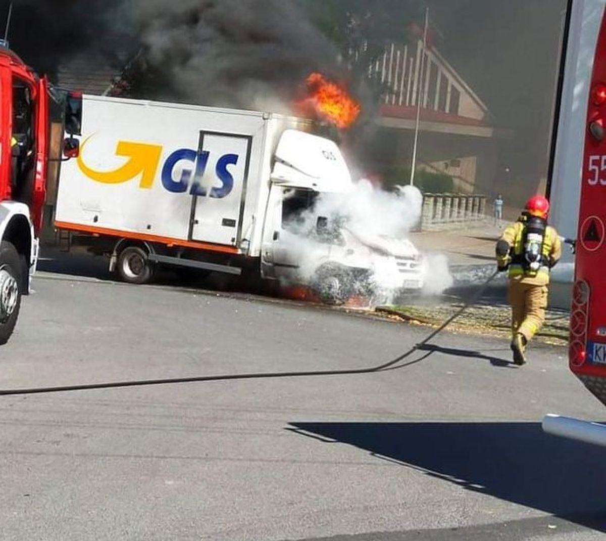 Przed kaplicą spłonął samochód dostawczy [FOTO]