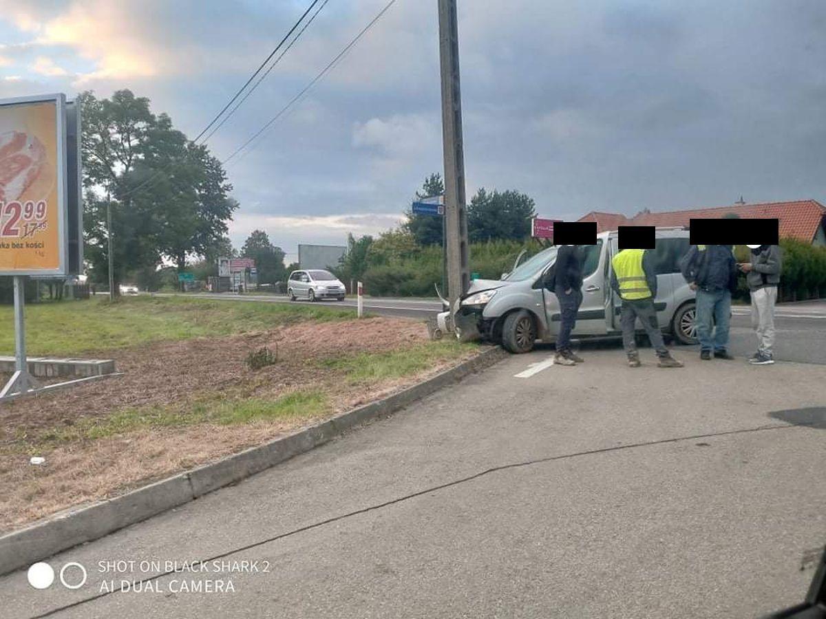 Auto uderzyło w słup na Krakowskiej