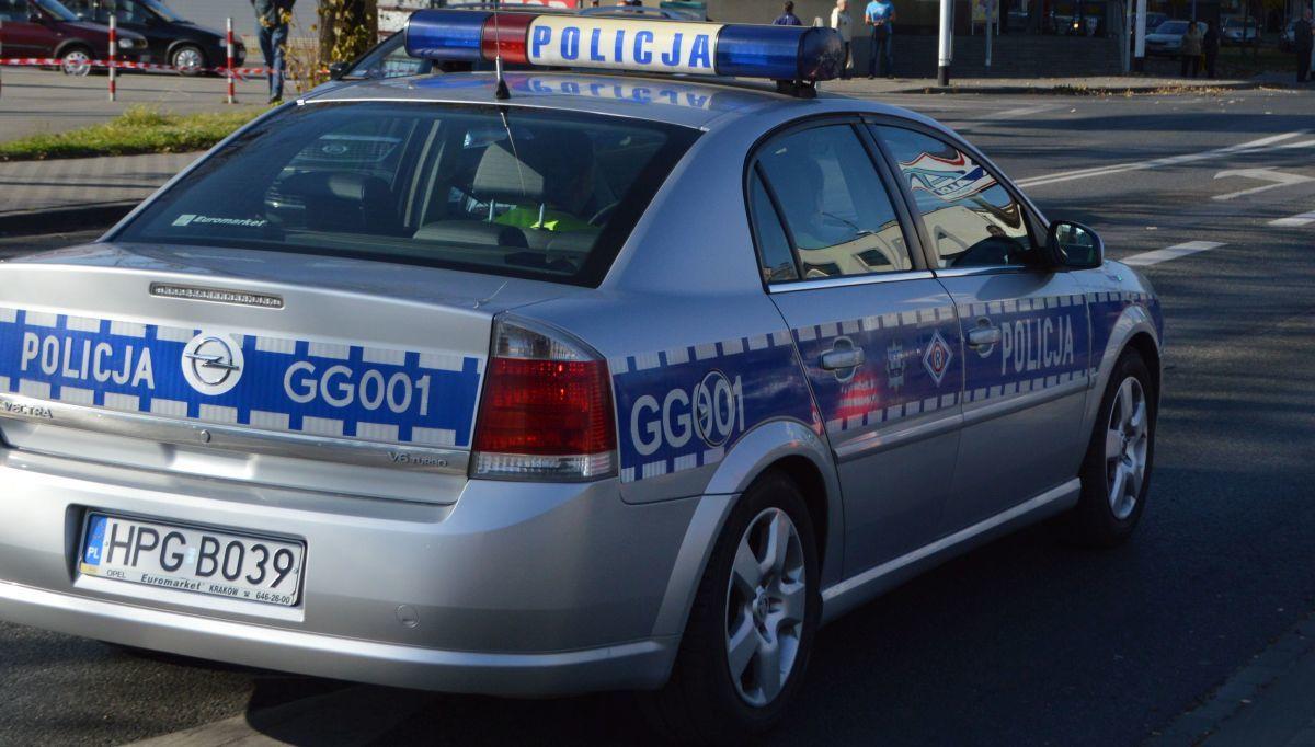 Policja zatrzymała kierowcę, który jechał, pił alkohol i nadawał z tego relację z internecie