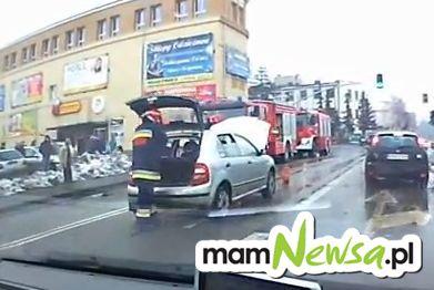 Pożar auta na skrzyżowaniu koło Kauflandu