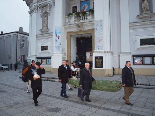 Starosta i burmistrz Zakopanego przywieźli choinkę