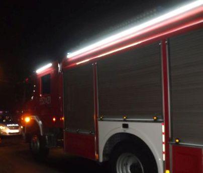Pożar w budynku, strażacy w akcji
