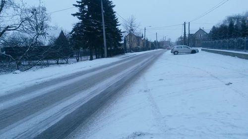 Seria kolizji na zimowych drogach