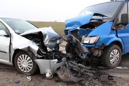 Trzy osoby poszkodowane po zderzeniu busa z samochodem osobowym
