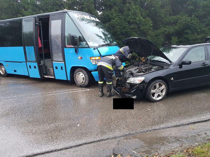 Zderzenie busa z samochodem na skrzyżowaniu