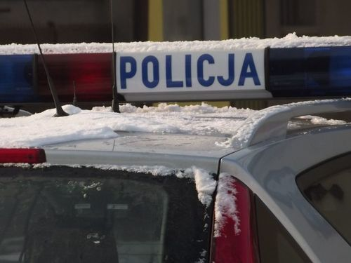 Bryła lodu spadła z ciężarówki, auto osobowe uszkodzone. Kierowca zapłacił mandat