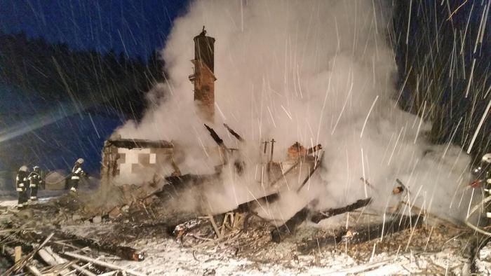 W nocy spłonął budynek mieszkalny [FOTO]