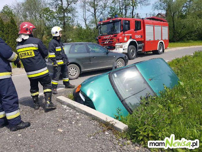 Dziecko zatrzaśnięte w samochodzie, auto rozbite na mostku