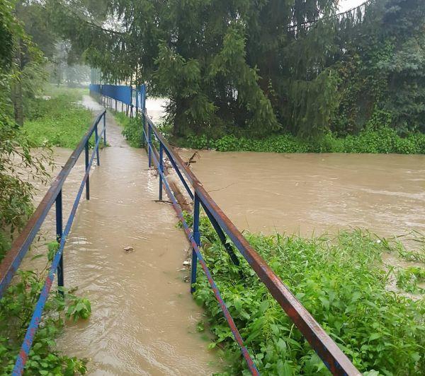 Ciągle pada, przybywa wody w rzekach. Strażacy w akcji [FOTO, AKTUALIZACJA]