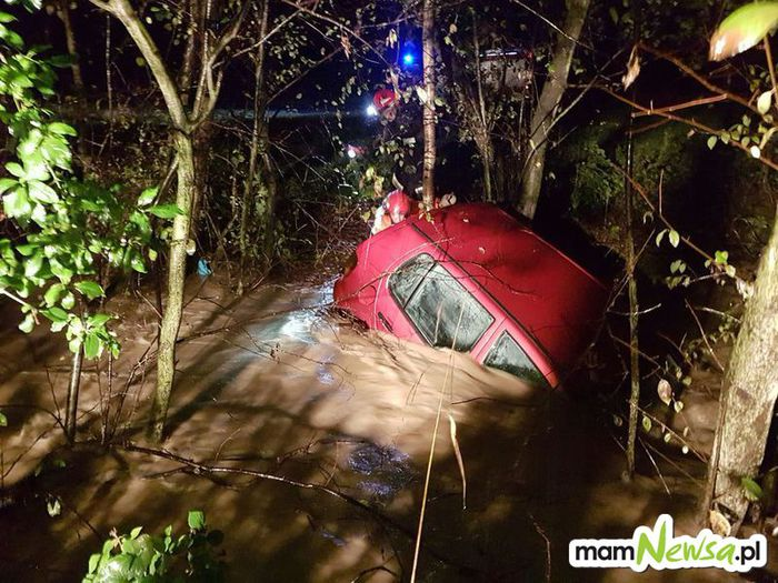 Sekundy od tragedii. Rzeka porwała samochód