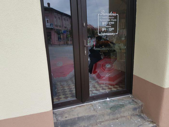 W trakcie awantury rzuciła kawałkiem płytki w drzwi sklepu
