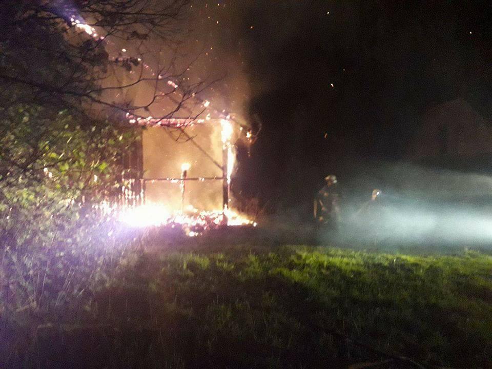 Strażacy z kilku jednostek walczyli w nocy z pożarem