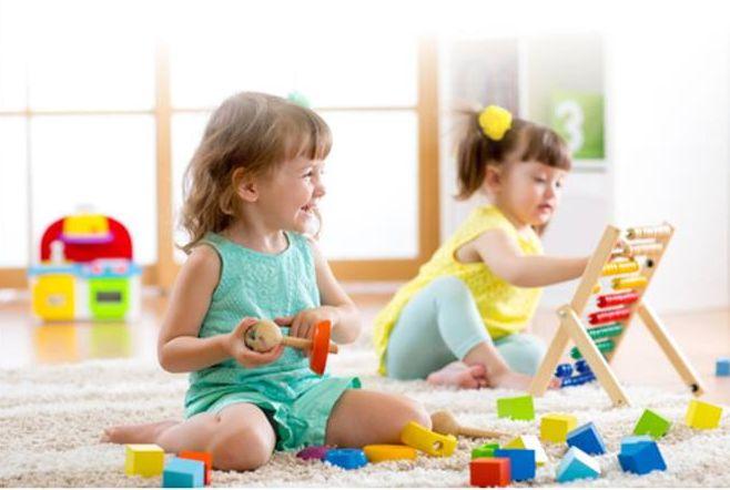Żłobki Szkarbek oferują opiekę nad dziećmi w wieku od 6 miesięcy do 3 lat.