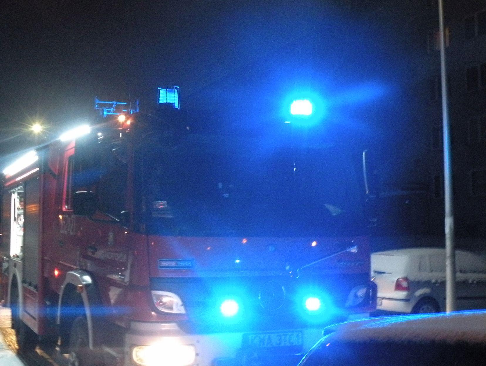 Strażacy udzielali pomocy dziecku i gasili duży pożar