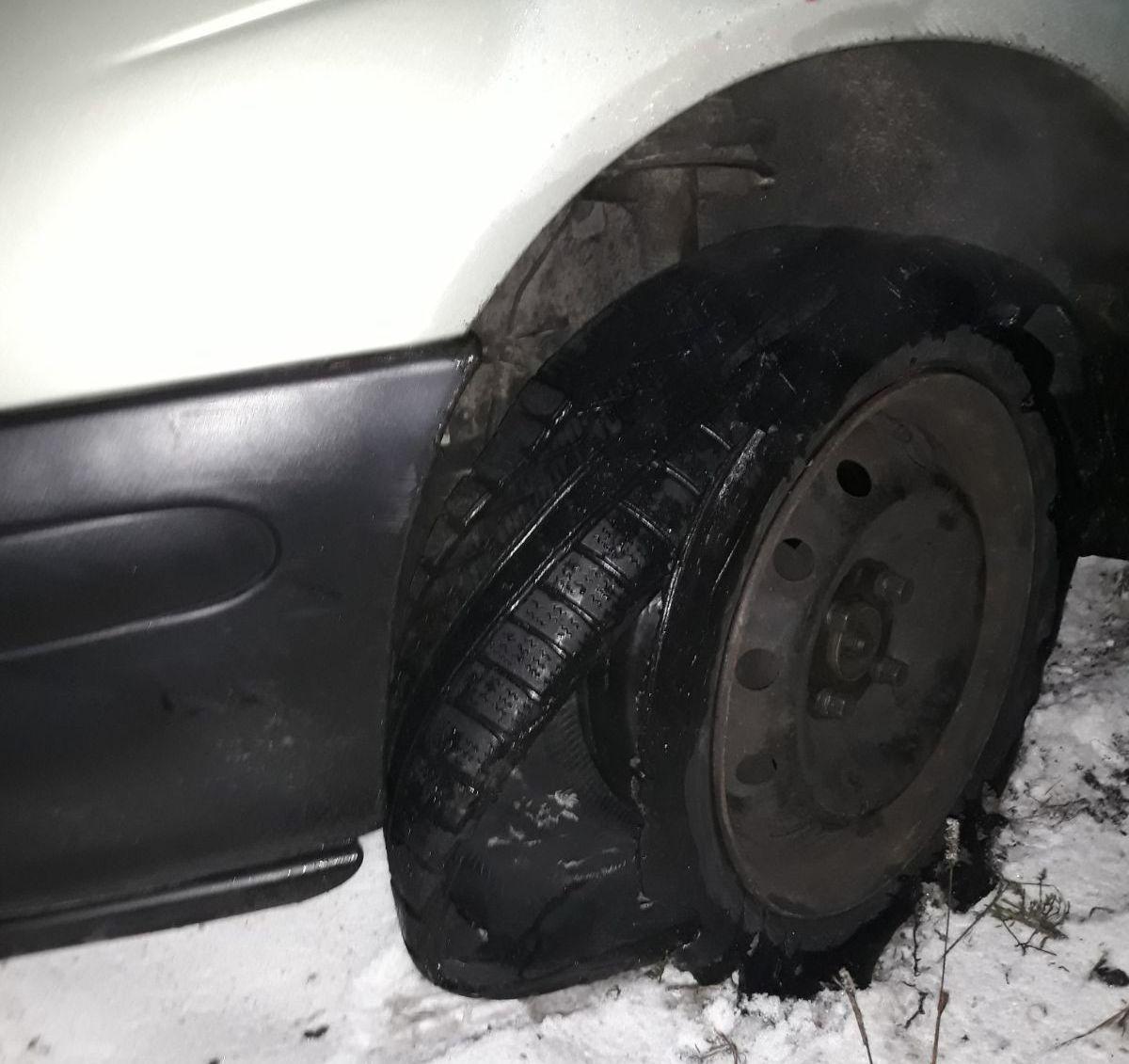 Pijany jak bela kierowca jechał uszkodzonym autem