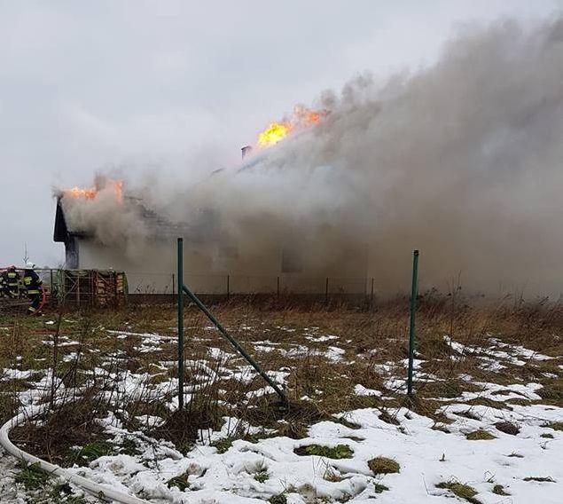 Pożar budynku mieszkalnego. Kilkanaście zastępów strażaków w akcji