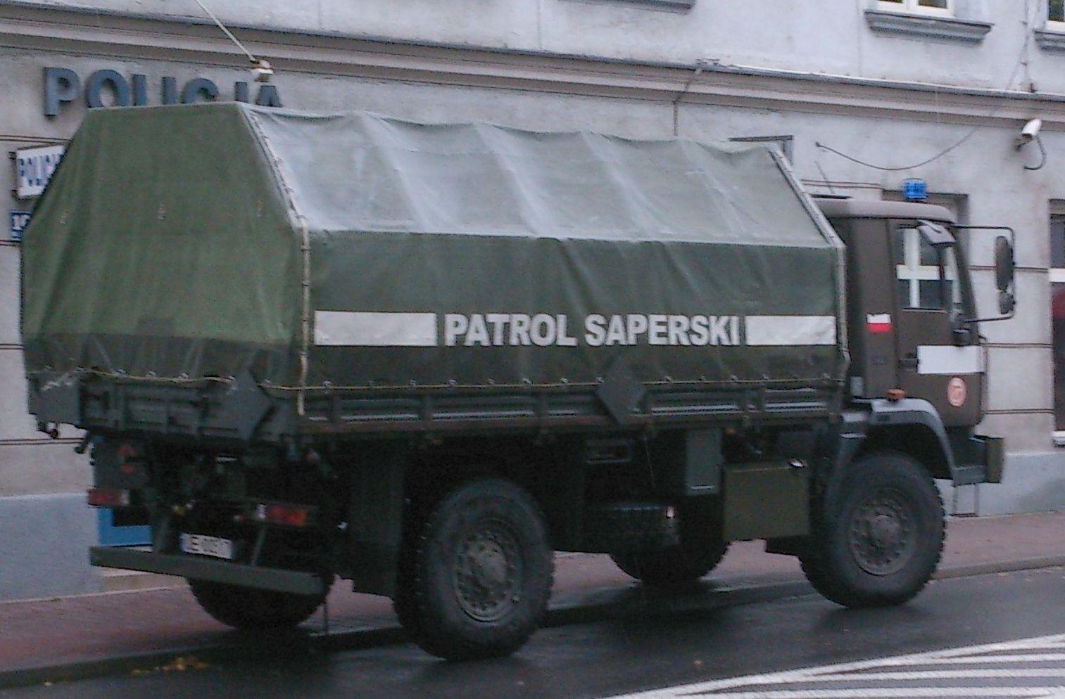 Saperzy, policjanci i strażacy w akcji. Budowlańcy odkopali stare pociski [FOTO]