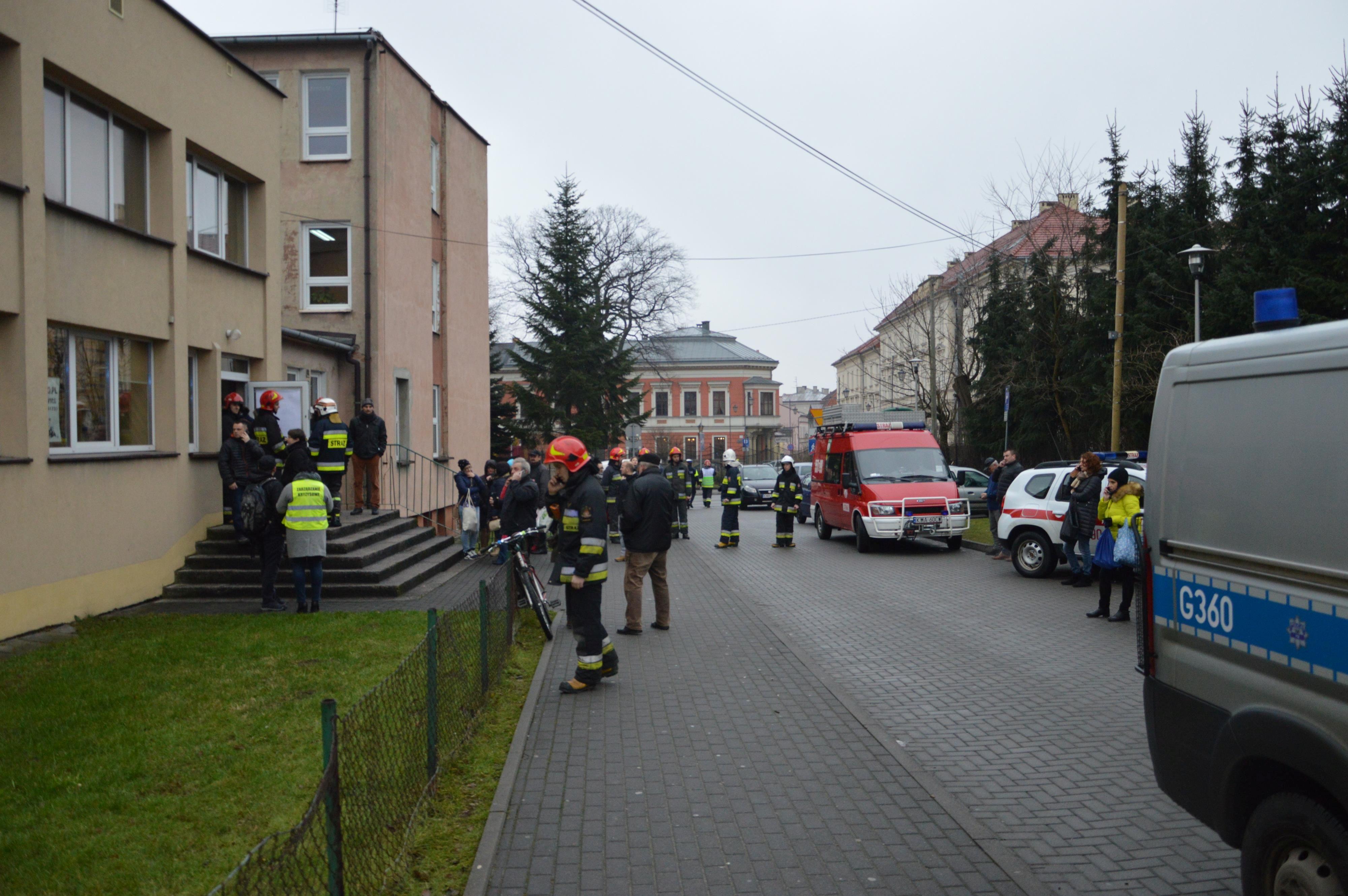 Ktoś rozpylił gaz pieprzowy w szkole. Ewakuacja kilkuset uczniów i pracowników [FOTO]