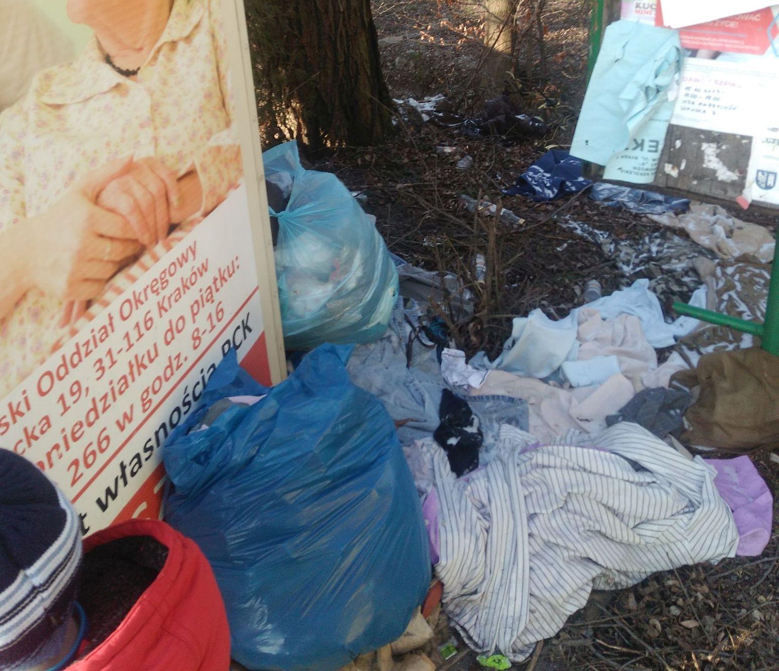 Mieszkańcy oddają PCK ubrania, które tak kończą. Czy to ma sens?