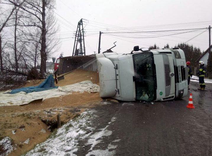 Ciężarówka ze zbożem na drodze [FOTO]