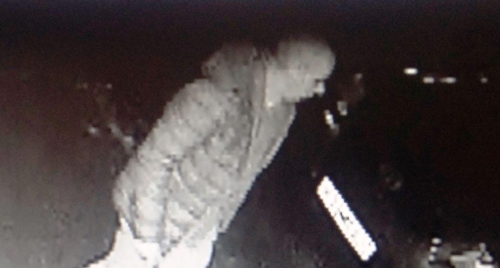 Policjanci poszukują sprawcy uszkodzenia bankomatu. Kto rozpoznaje tego mężczyznę?