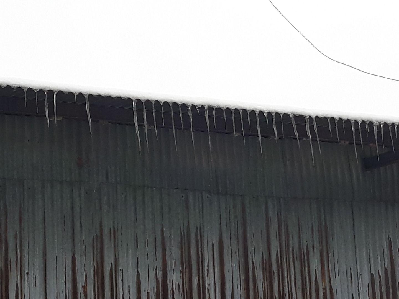 Sople lodu i śnieg. Za to można dostać 500 zł mandatu