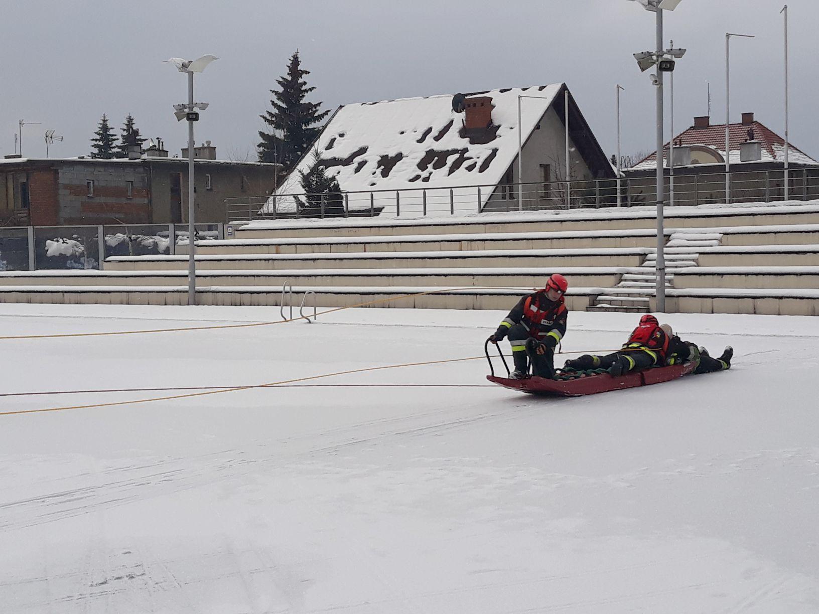 Basen w Andrychowie w końcu się do czegoś przydał w zimie [FOTO]