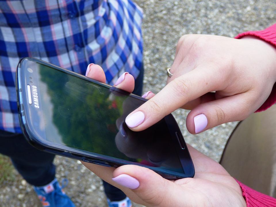 Dyrekcja szkoły sonduje, czy wprowadzić zakaz używania telefonów komórkowych w szkole