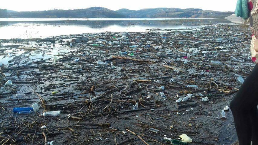 Woda do picia z jeziora w Świnnej Porębie? Tylko wcześniej jezioro trzeba posprzątać....