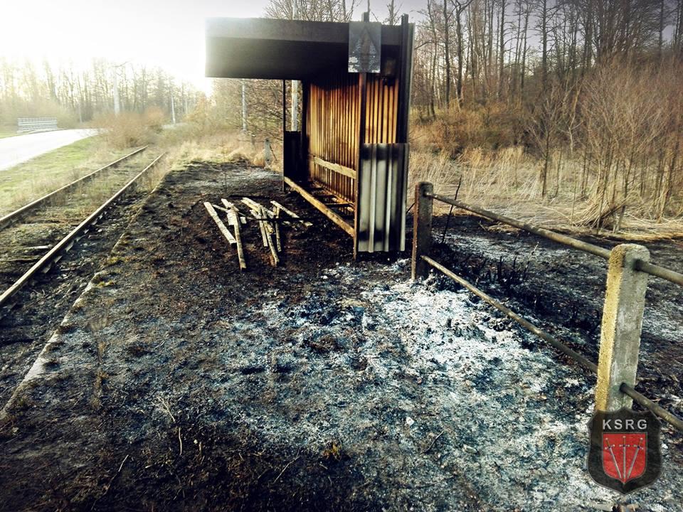 Sobota pod znakiem pożarów traw. Przy okazji spłonął przystanek kolejowy
