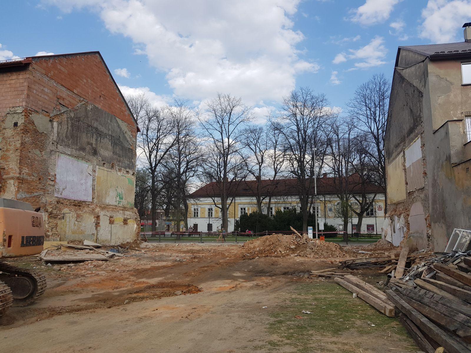 Kamienica w centrum Andrychowa wyburzona, nowy widok na zamek [FOTO]