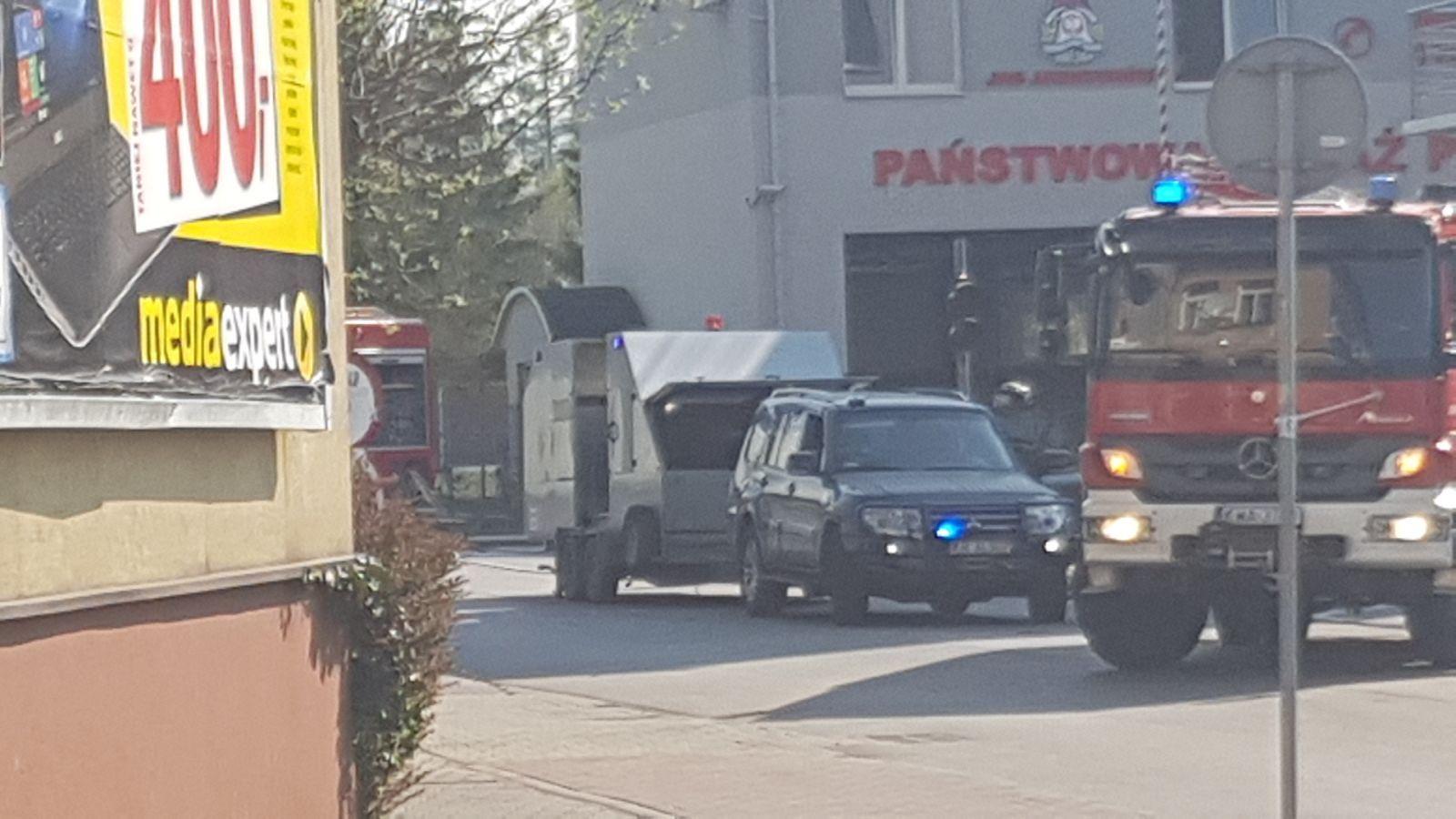 Koniec akcji w Andrychowie. Pod eskortą i na sygnale podejrzany pojemnik wywieziony z miasta [FOTO]