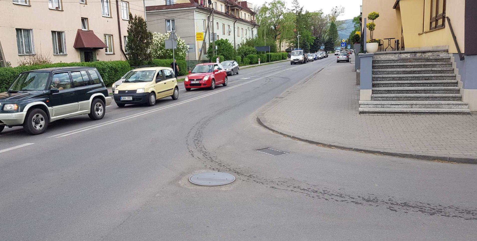 Zepsuty tir, plamy olejowe na drogach... Problemy na ulicach Andrychowa [FOTO]