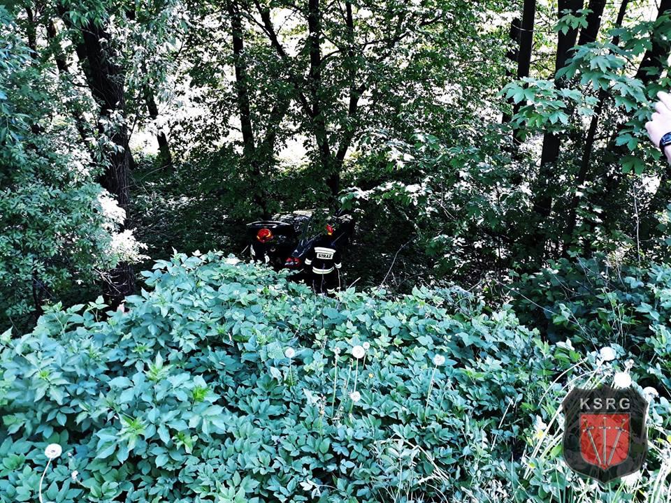 Chwile grozy na Wadowickiej, auto stoczyło się ze skarpy w las