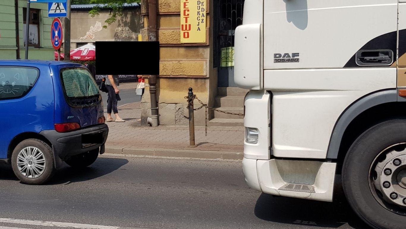 Tir uderzył w seicento na Krakowskiej