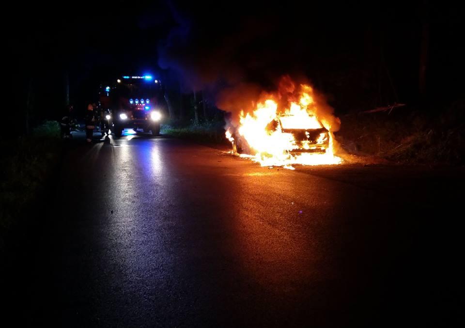 W nocy auto poszło z dymem [FOTO]