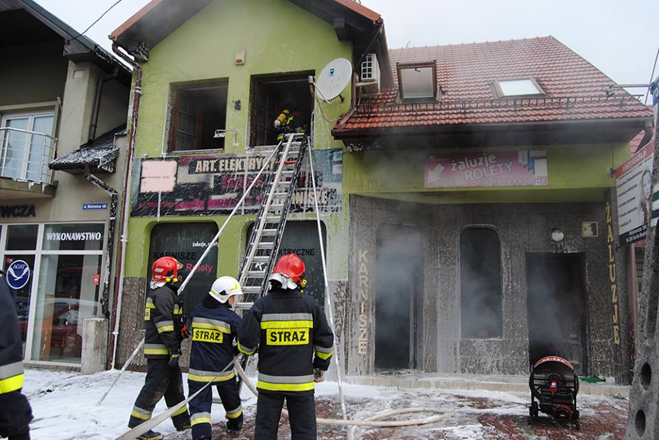 Pożar sklepu, poszkodowany strażak