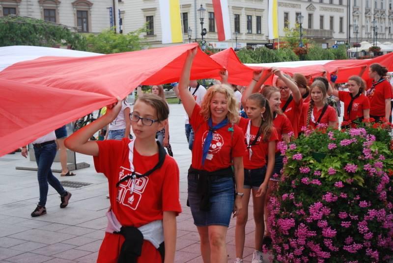 Silni Niepodległą. 100-metrowa flaga na ulicach [FOTO]
