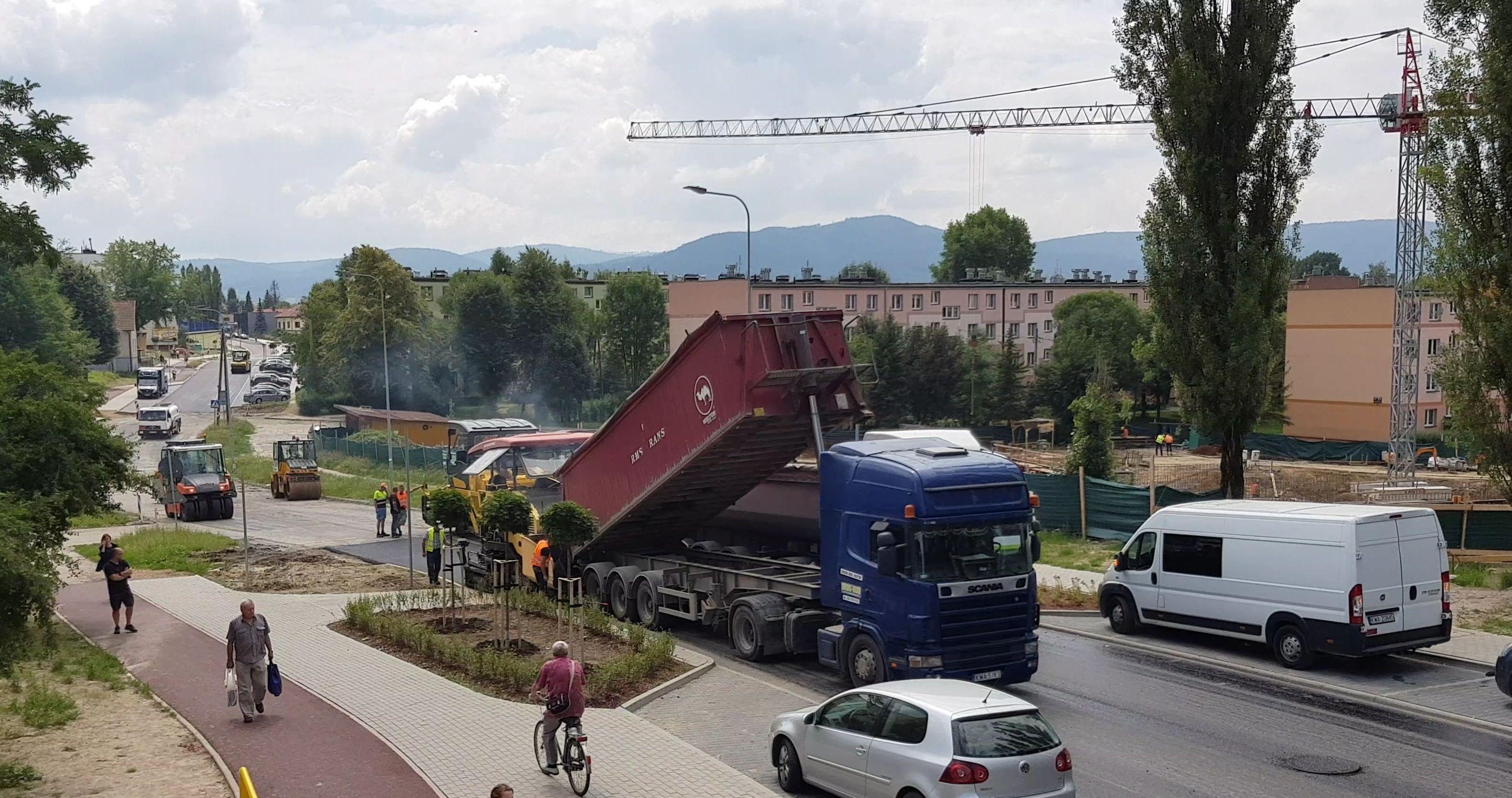 Nowy asfalt na Włókniarzy, ale... na ulicy zostanie jedna wielka dziura [VIDEO]