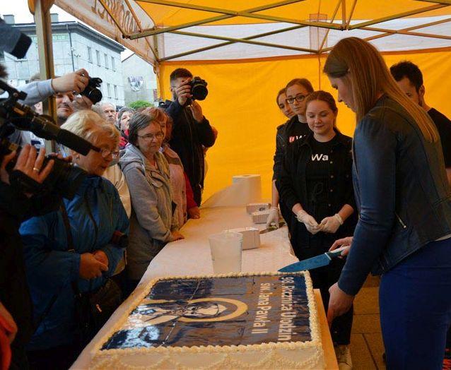 Wiceburmistrz pokroiła tort z wizerunkiem papieża. To obraza uczuć religijnych?